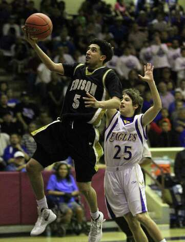 Edison's Arty Vela (05) goes to the basket for a layup against Brackenridge's Gabriel Hildebrand (25) in the third round of District 29-4A basketball at the Alamo Convocation Center on Tuesday, Feb. 28, 2012. Edison defeated Brackenridge, 64-53. Photo: Kin Man Hui, San Antonio Express-News / San Antonio Express-News