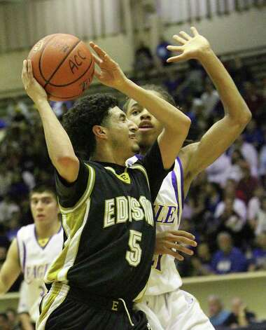 Edison's Arty Vela (05) tries to drive to the basket against Brackenridge's Ramon Richards (21) in the third round of District 29-4A basketball at the Alamo Convocation Center on Tuesday, Feb. 28, 2012. Edison defeated Brackenridge, 64-53. Photo: Kin Man Hui, San Antonio Express-News / San Antonio Express-News