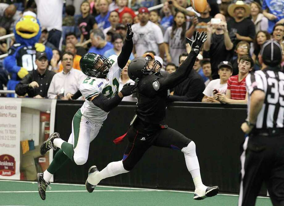 San Antonio Talons' Jason Willis (right) reaches out for a pass against San Jose SaberCats in an exhibition game for the city's newest Arena Football League team at the Alamodome on Wednesday, Feb. 29, 2012. The Talons first game will be on March 10. Photo: Kin Man Hui, Kin Man Hui/San Antonio Express-News / San Antonio Express-News