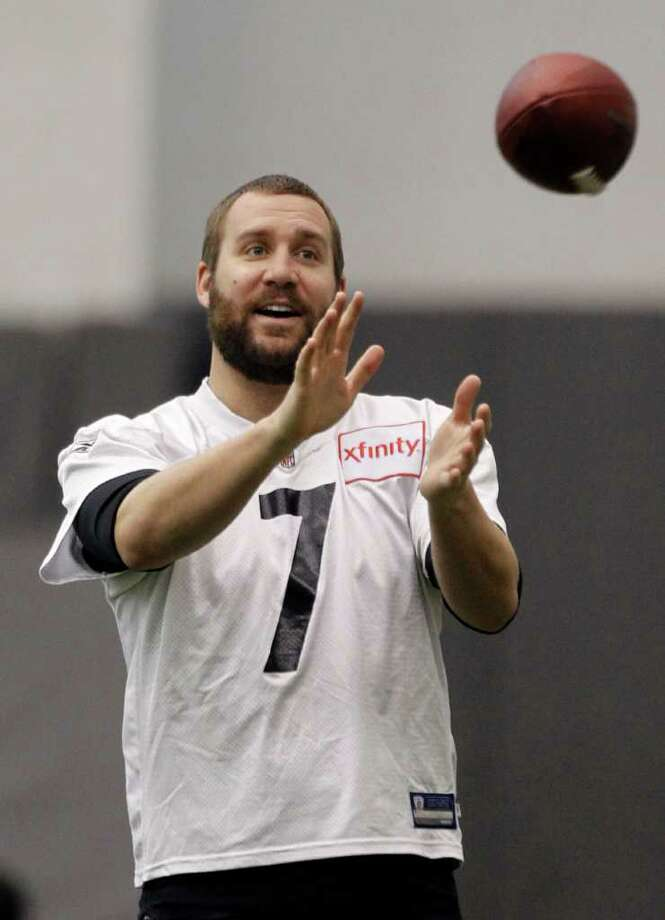 Pittsburgh Steelers quarterback Ben Roethlisberger catches a ball during NFL football practice in Pittsburgh, Friday, Jan. 28, 2011. The Steelers will be facing the Green Bay Packers in Super Bowl XLV on Feb. 6, 2011 in Arlington, Texas. (AP Photo/Keith Srakocic) Photo: Keith Srakocic / AP