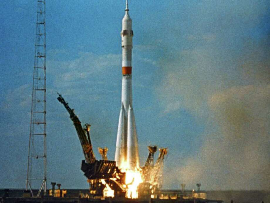 A Soviet Soyuz spacecraft lifts off from the Baikonur Cosmodrome in Kazakhstan on July 15, 1975 for the Apollo-Soyuz meetup. Photo: U.S.S.R. Academy Of Sciences