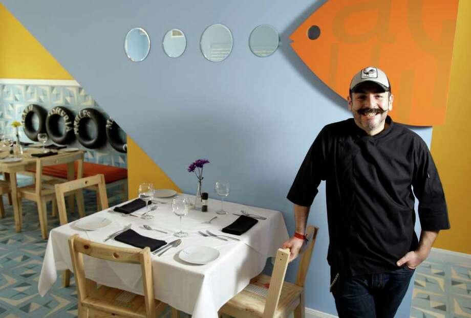Aquiles, el chef mexicano que se ha hecho popular en EE.UU. a través del canal Utilísima, en su restaurante de Houston, La Fisheria. Photo: Melissa Phillip / © 2011 Houston Chronicle