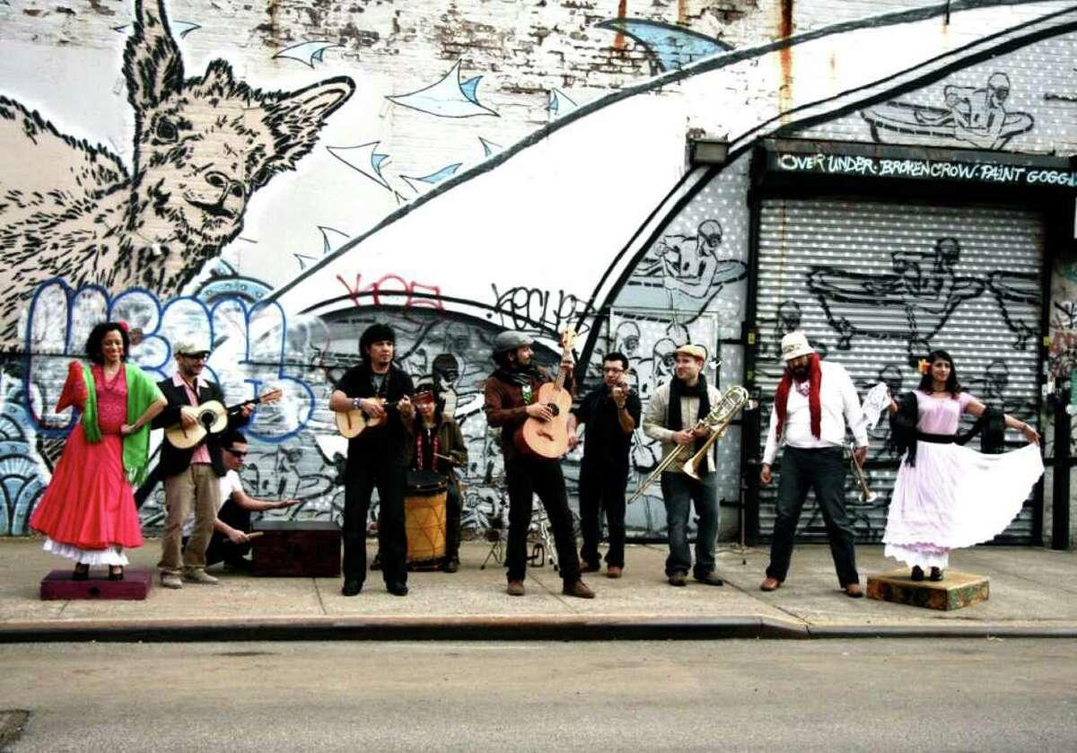 Jarana Beat, el combo de artistas de diversos orígenes y antecedentes, se formó en el barrio neoyorquino de Brooklyn para hacer algo único y original.