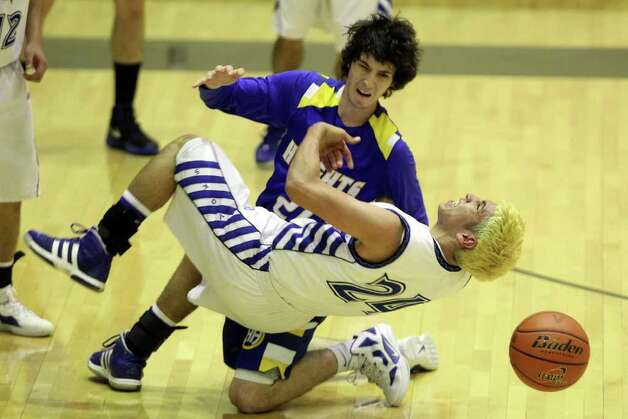 Lanier's Rodrigo Garcia (front) and Alamo Heights' Dylan Lieck collide in pursuit of a loose ball during the Mules' 72-58 victory over the Voks in the Region IV-4A semifinals. Photo: JENNIFER WHITNEY, Express-News / special to the Express-News