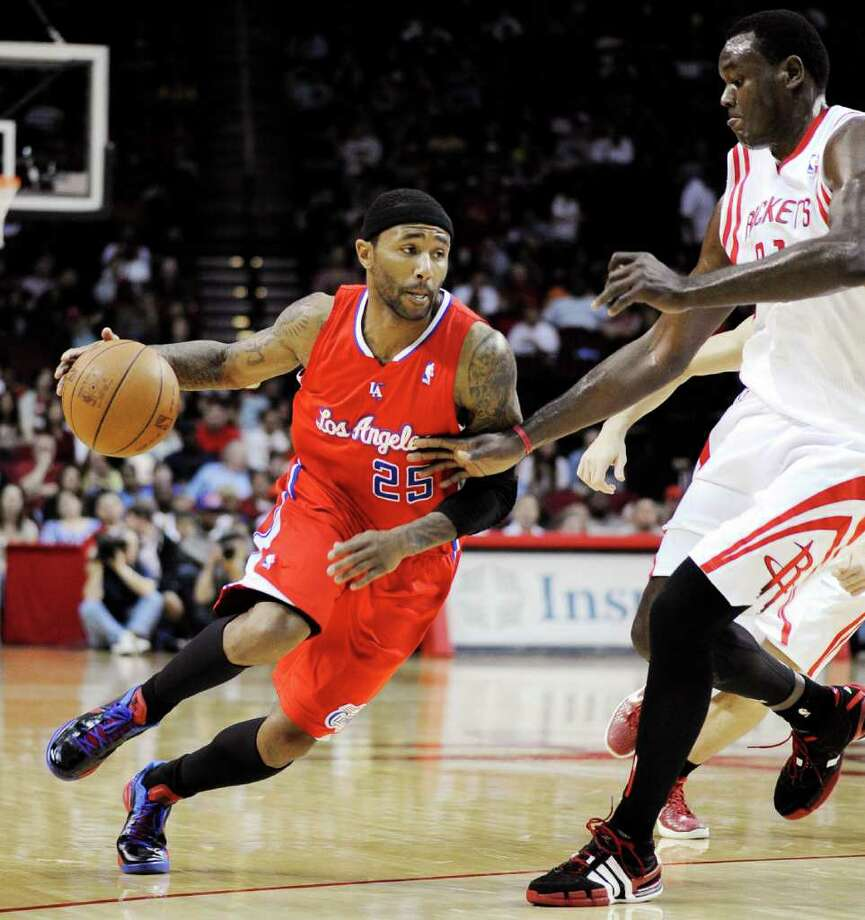 Los Angeles Clippers' Mo Williams (25) drives the ball around Houston Rockets' Samuel Dalembert (21) in the first half of an NBA basketball game, Sunday, March 4, 2012, in Houston. (AP Photo/Pat Sullivan) Photo: Pat Sullivan, Associated Press / AP