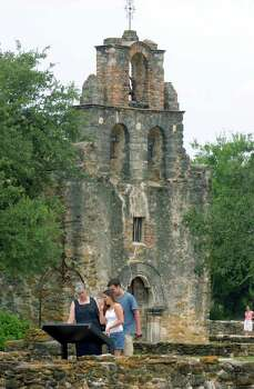 Rebecca Cryer (left), Bryony Cryer, and Matthew Cryer read about Mission Espada.  Photo: JOHN DAVENPORT, SAN ANTONIO EXPRESS-NEWS / SAN ANTONIO EXPRESS-NEWS