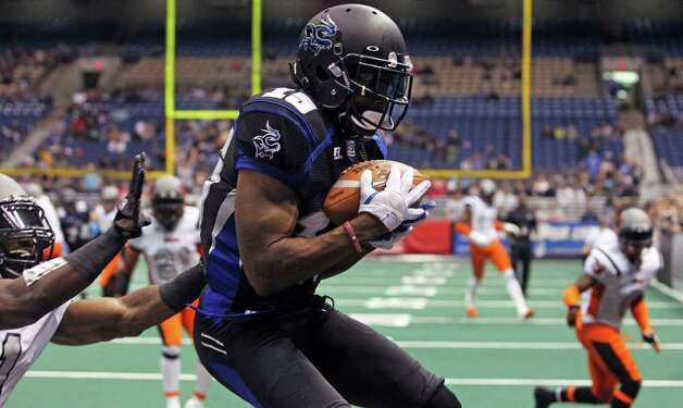 Jomo Wilson pulls in a fourth quarter touchdown pass as the San Antonio Talons beat the Utah Blaze 54-48 at the Alamodome  on March 10, 2012 Tom Reel/ San Antonio Express-News Photo: TOM REEL, Express-News / San Antonio Express-News