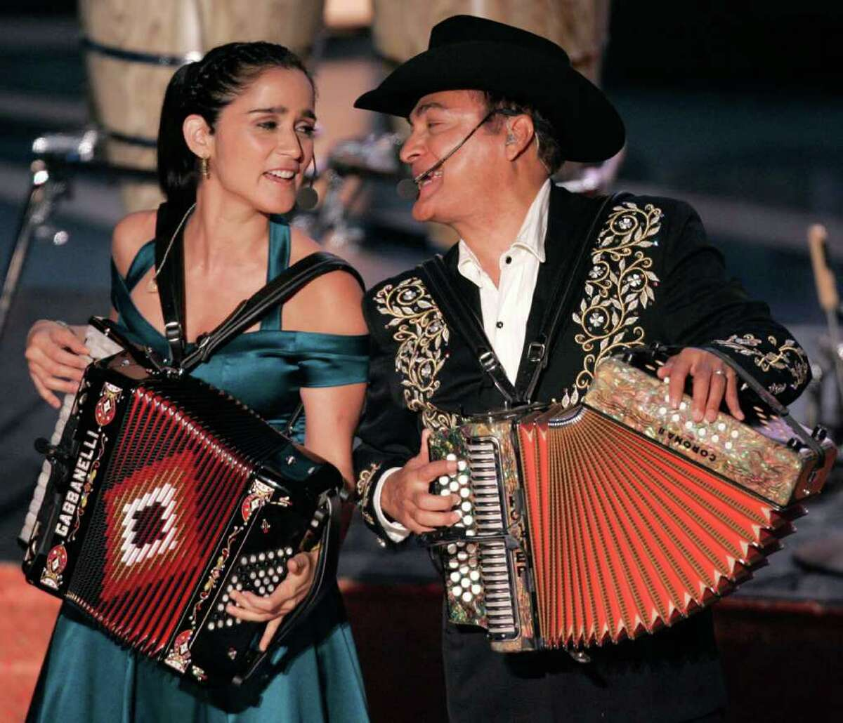 Julieta Vengas (L) and Jorge Hernandez from Los Tigres Del Norte perform at the sixth annual Latin Grammy Awards in Los Angeles November 3, 2005. REUTERS/Mike Blake