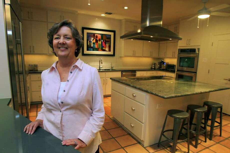 Sharen Eggleston likes neutral tones with small splashes of color throughout her contemporary kitchen. (Friday March 9, 2012) John Davenport/San antonio Express-News Photo: JOHN DAVENPORT, SAN ANTONIO EXPRESS-NEWS / SAN ANTONIO EXPRESS-NEWS (Photo can be sold to the public)