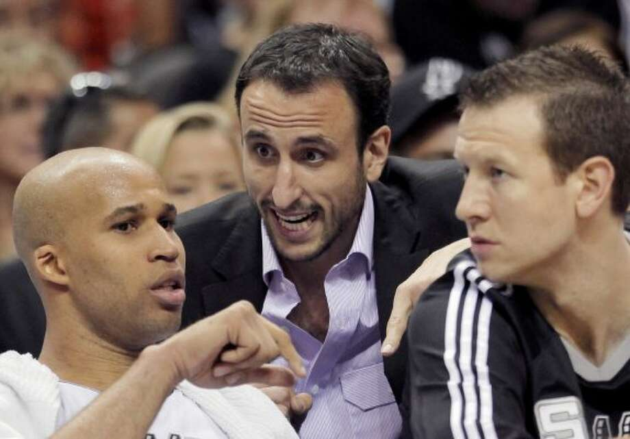 San Antonio Spurs' Manu Ginobili, center, of Argentina, talks with teammates Richard Jefferson, left, and Steve Novak during the second half of an NBA playoff basketball game against the Memphis Grizzlies, Sunday, April 17, 2011, in San Antonio. Memphis won 101-98. (AP Photo/Darren Abate) (AP)