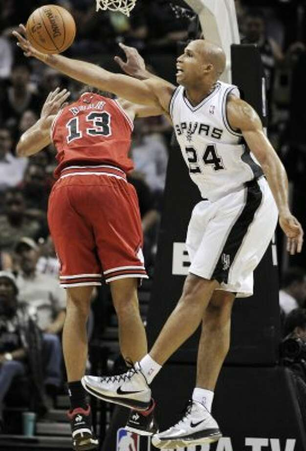 San Antonio Spurs' Richard Jefferson, right, defends against Chicago Bulls' Joakim Noah during the first half of an NBA basketball game on Wednesday, Feb. 29, 2012, in San Antonio. (AP Photo/Darren Abate) (AP)