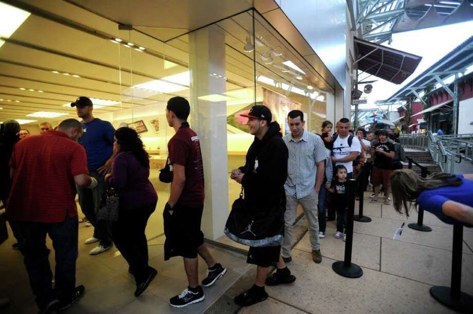 People enter the Apple Store at La Cantera to buy their the new iPads on Friday, March 16, 2012. About 400 people arrived early to wait in line. Billy Calzada / San Antonio Express-News Photo: Billy Calzada, San Antonio Express-News / San Antonio Express-News