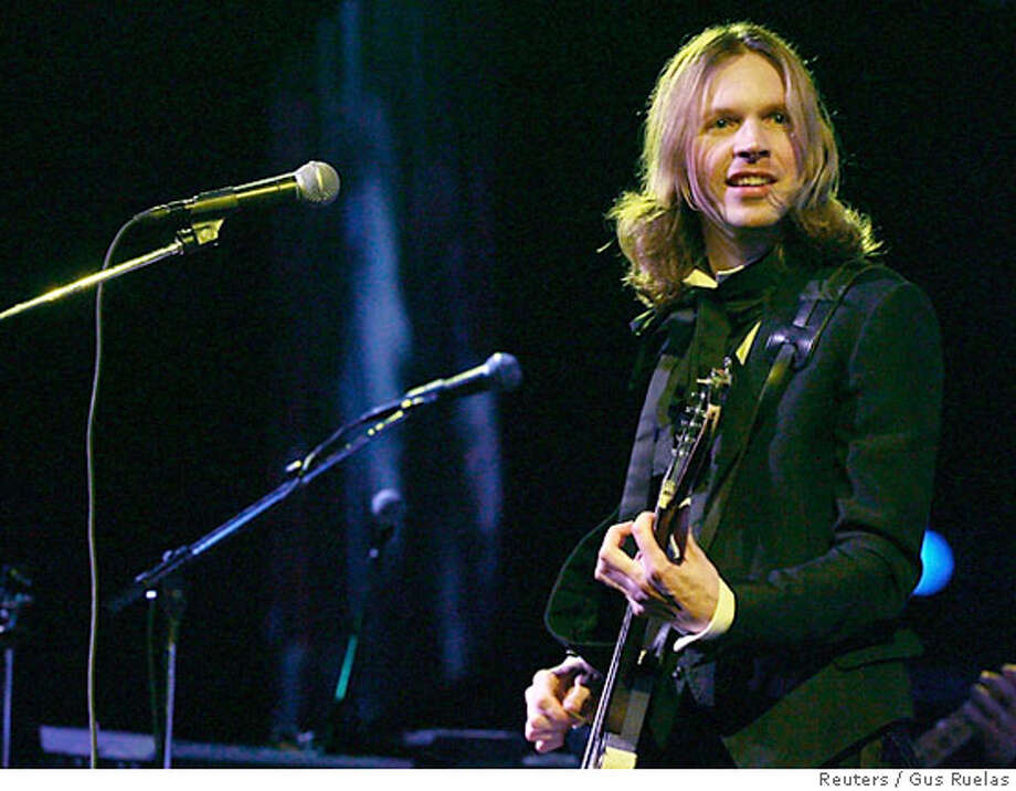 """Beck performs during the annual KROQ """"Almost Acoustic Christmas"""" concert in Los Angeles December 10, 2006. Picture taken December 10, 2006. REUTERS/Gus Ruelas (UNITED STATES) Photo: GUS RUELAS"""