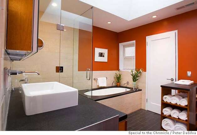 �San Francisco, CA, Nov. 10, 2006: Newly remodeled bathroom in the San Francisco flat of Jean & Julian Ray on Nov. 10, 2006. (Photo By: Peter DaSilva for the San Francisco Chronicle) Photo: Peter DaSilva