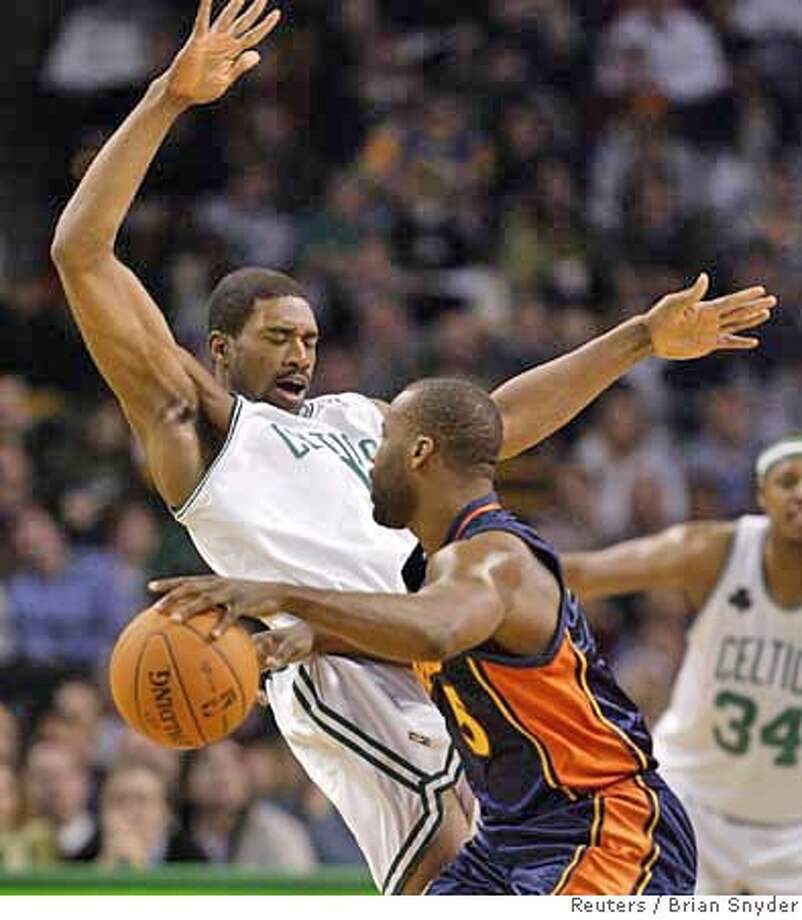 The Golden State Warriors' Baron Davis (R) runs into the Boston Celtics' Leon Powe in the first quarter of their NBA basketball game in Boston, Massachusetts, December 20, 2006. REUTERS/Brian Snyder (UNITED STATES) 0 Photo: BRIAN SNYDER