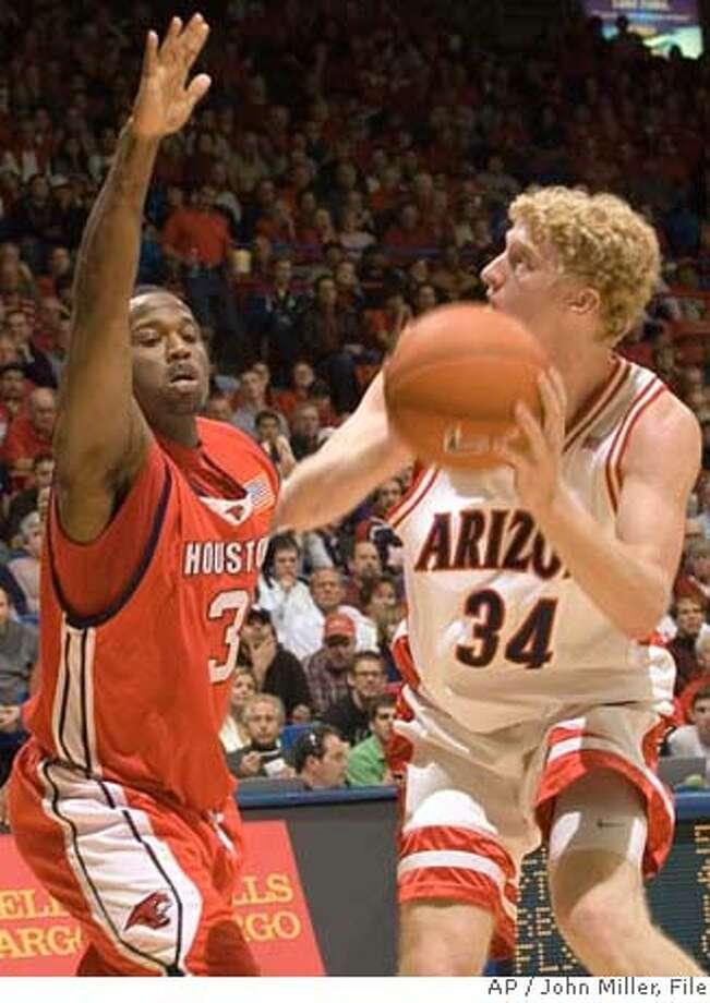 Arizona's Chase Budinger (34) shoots over the defense of Houston's Robert McKiver (3) during the first half of college basketball at McKale Center in Tucson, Ariz., Sunday, Dec. 17, 2006. (AP Photo/John Miller) Photo: John Miller