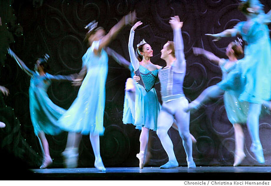 "Act one: Snow Queen: Denise Roman and Snow Cavalier: Ben Barnhart performs with the ""Snowflakes"" dancing around them.The Nutcracker put together by former Oakland Ballet director Ronn Guidi. He's gathered a group of dancers from the old Oakland Ballet as well as elsewhere to try and keep dance in Oakland.(CHRISTINA KOCI HERNANDEZ/CHRONICLE) Photo: CHRISTINA KOCI HERNANEZ/CHRONICL"
