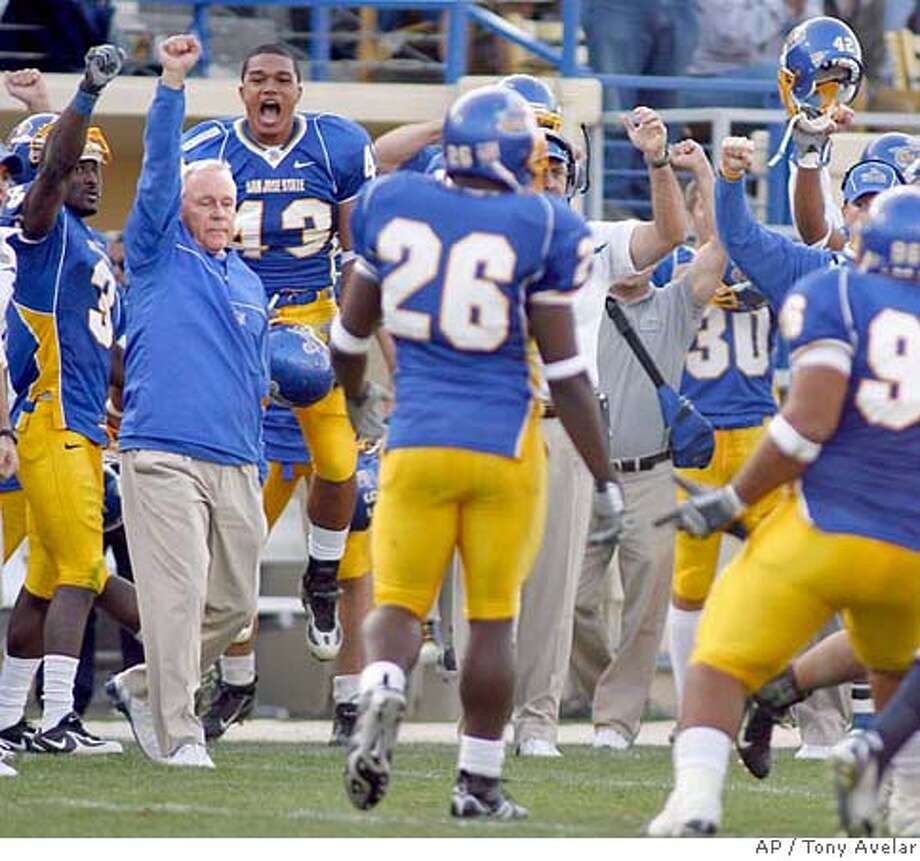 San Jose State coach Dick Tomey, left, raises his arm as his football team celebrates its 21-14 win over Utah State, Saturday, Oct. 14, 2006, in San Jose, Calif. (AP Photo/ Tony Avelar) EFE OUT Photo: TONY AVELAR