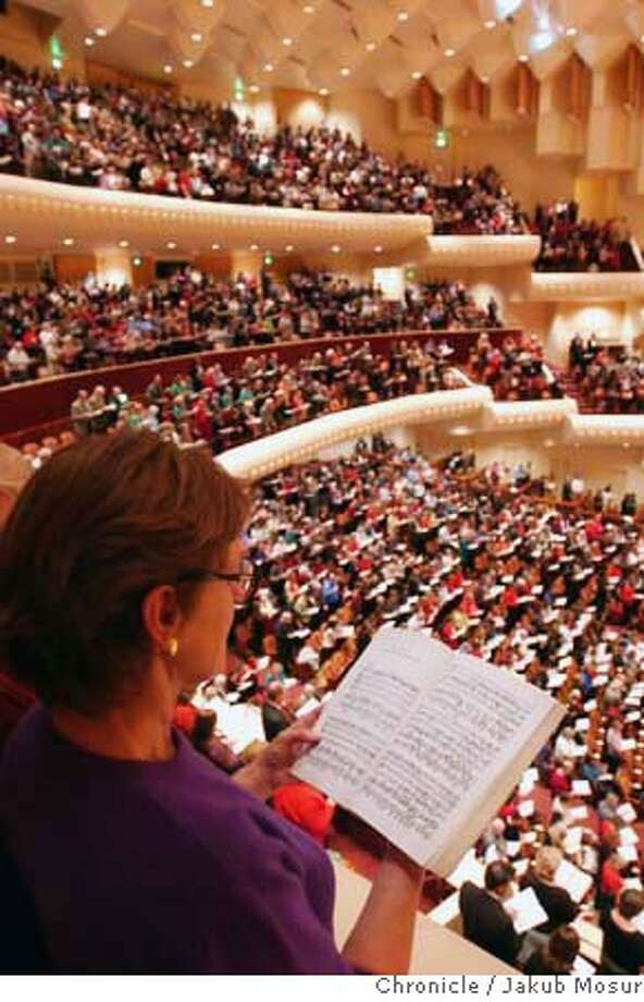 "MESSIAH_02_JMM.JPG  Jamin Hawes sings along with 3,000 audience members during the 27th annual, and last-ever, ""Sing-it-Yourself Messiah"" by George Frederic Handel at the Davies Symphony Hall. Event on 12/2/05 in San Francisco. JAKUB MOSUR / The Chronicle MANDATORY CREDIT FOR PHOTOG AND SF CHRONICLE/ -MAGS OUT Photo: JAKUB MOSUR"