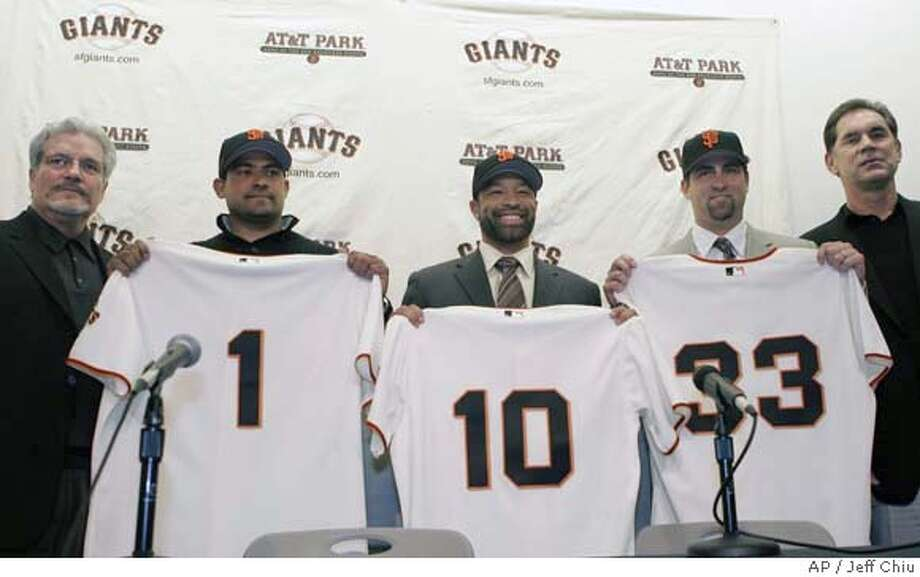 San Francisco Giants general manager Brian Sabean, left, and new manager Bruce Bochy, right, pose with the baseball team's new players, from second from left, Benjie Molina, Dave Roberts and Rich Aurilia, at a news conference in San Francisco, Thursday, Dec. 14, 2006. (AP Photo/Jeff Chiu) EFE OUT Photo: Jeff Chiu