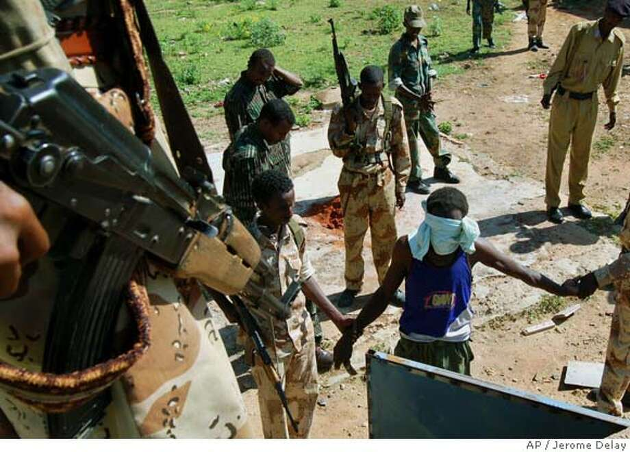 Somalia's Islamists and Ethiopia gird for war / Analysts say