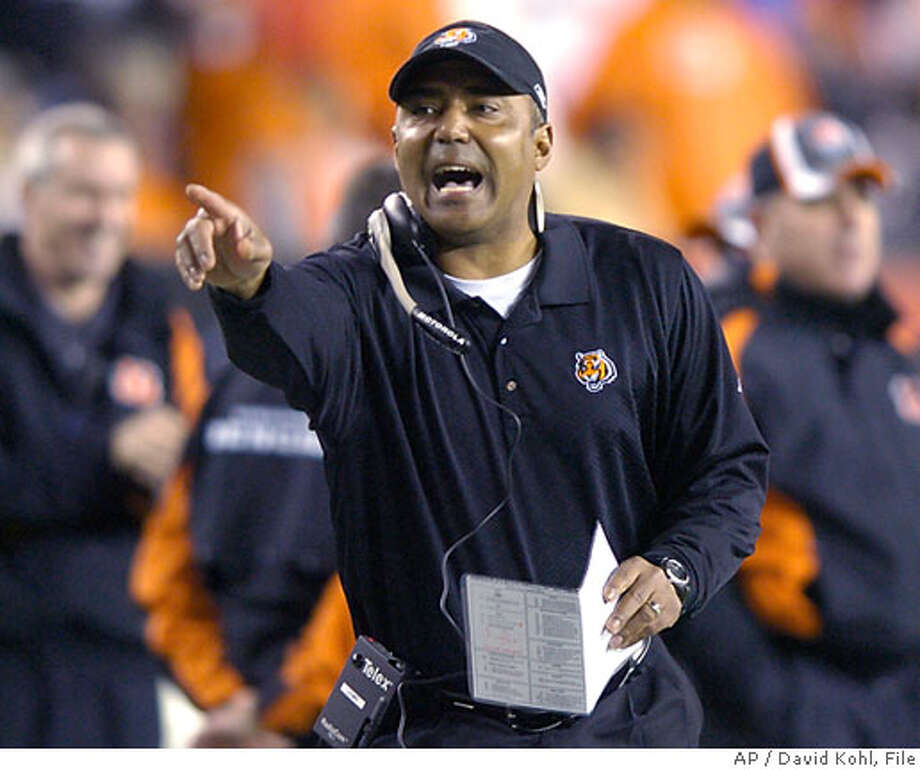 Cincinnati Bengals coach Marvin Lewis yells instructions during the first half of an NFL football game against the Baltimore Ravens, Thursday, Nov. 30, 2006, in Cincinnati. (AP Photo/David Kohl) Photo: DAVID KOHL