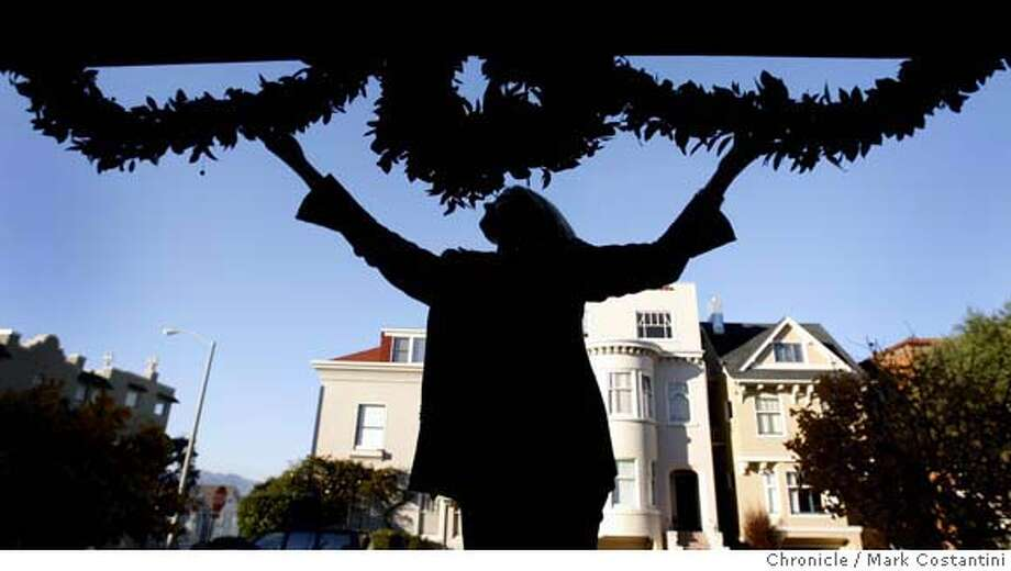 Kerri Zaldastani home on Filbert with wreaths. Photo taken 10/30/06 in San Francisco  Photo: Mark Costantini Photo: Mark Costantini