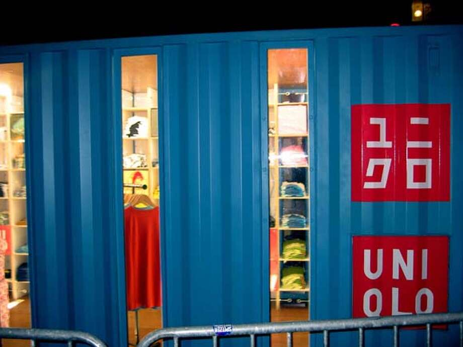 0container.jpg (image/jpeg) 127kb  UNIQLO Pop Up Store