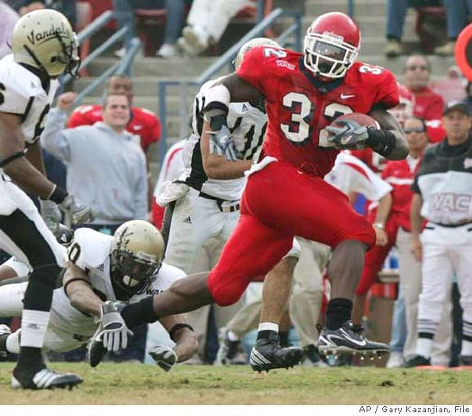 Fresno State's Dwayne Wright runs past Idaho's Stanley Franks, far left, and Keith Charles in the first half of a football game Saturday, Nov. 18, 2006, in Fresno, Calif. (AP Photo/Gary Kazanjian) EFE OUT Photo: GARY KAZANJIAN