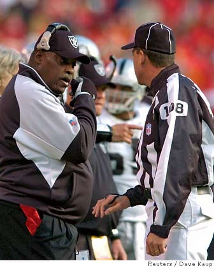 Oakland Raiders head coach Art Shell talks with Line Judge Gary Arthur (R) during a challenge against a Kansas City Chiefs touchdown play in the second half during their NFL football game at Arrowhead Stadium in Kansas City, Missouri November 19, 2006. REUTERS/Dave Kaup (UNITED STATES) Photo: DAVE KAUP