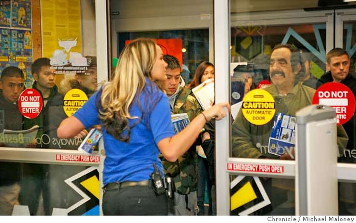 Best Buy store manager Jenn Metzger (both cq), back to camera talks to the 1st group of shoppers in line. Early bird shoppers at Best Buy in San Francisco, which opened at 5am. Photo by Michael Maloney / San Francisco Chronicle on 11/24/06 in San Francisco,CA MANDATORY CREDIT FOR PHOTOG AND SF CHRONICLE/ -MAGS OUT
