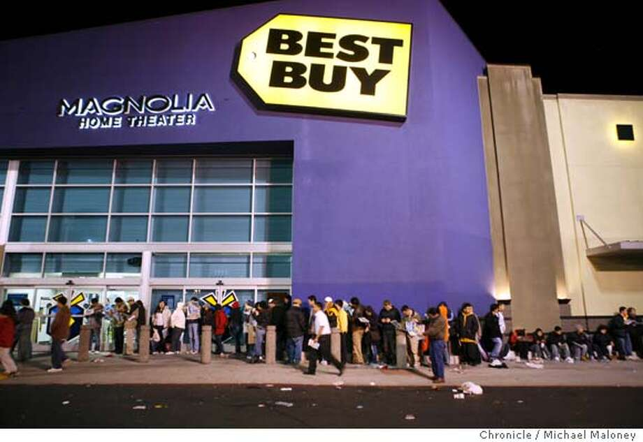 Hundreds of shoppers lined up in the early morning around the Best Buy store in San Francisco. This photo was taken at 4:30 am. The store opened at 5am.  Early bird shoppers at Best Buy in San Francisco, which opened at 5am.  Photo by Michael Maloney / San Francisco Chronicle on 11/24/06 in San Francisco,CA Photo: Michael Maloney