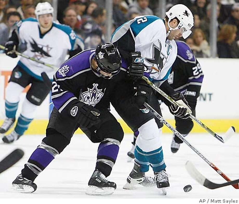 San Jose Sharks' Patrick Marleau, right, and Los Angeles Kings' Brian Willsie battle for the puck during the first period of an NHL hockey game in Los Angeles, Monday, Nov. 13, 2006. (AP Photo/Matt Sayles) Photo: MATT SAYLES