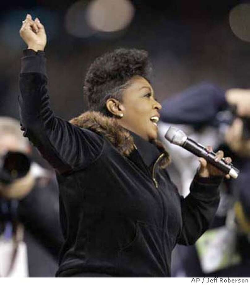 Singer and songwriter Anita Baker sings the National Anthem at the start of Game 2 of the World Series between the St. Louis Cardinals and Detroit Tigers on Sunday, Oct. 22, 2006 in Detroit. (AP Photo/Jeff Roberson) Photo: Jeff Roberson