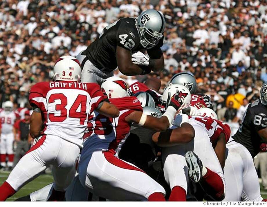 Oakland Raiders running back ReShard Lee (42) scores his first quarter touchdown.  The Oakland Raiders play the Arizona Cardinals at McAfee Coliseum on Oct. 22, 2006. Liz Mangelsdorf /The Chronicle MANDATORY CREDIT FOR PHOTOG AND SF CHRONICLE/ -MAGS OUT Photo: Liz Mangelsdorf