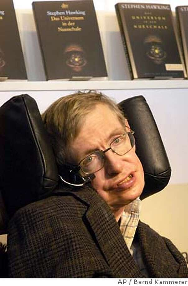 Der britische Autor und Physiker Stephen Hawking posiert am Mittwoch, 19. Oktober 2005, auf der Frankfurter Buchmesse. Rund 7.000 Aussteller aus 100 Laendern zeigen vom vom Mittwoch, 19. Oktober bis zum 23. Oktober ihre Neuerscheinugnen. (AP Photo/Bernd Kammerer) --- Auhtor Stephen Hawking poses with a book at the 57th Frankfurt Book Fair in Frankfurt, Germany, Wednesday, Oct. 19, 2005. The world's biggest book fair opens its doors on Wednesday, Oct. 19, and runs through Oct. 23, 2005. Over 7,000 exhibitors from 100 nation are expected (AP Photo/Bernd Kammerer) Photo: BERND KAMMERER