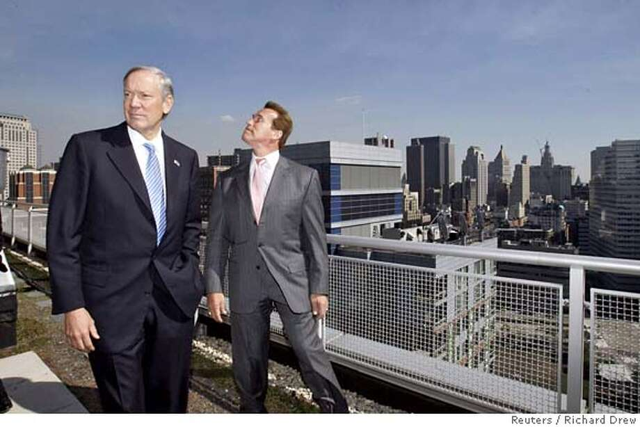 "California Governor Arnold Schwarzenegger (R) and New York Governor George Pataki tour the roof of a ""green"" apartment building in New York, October 16, 2006. Schwarzenegger is in town to discuss the implementation of California's landmark market-based greenhouse gas emissions reduction system. REUTERS/Richard Drew/Pool 0 Photo: POOL"