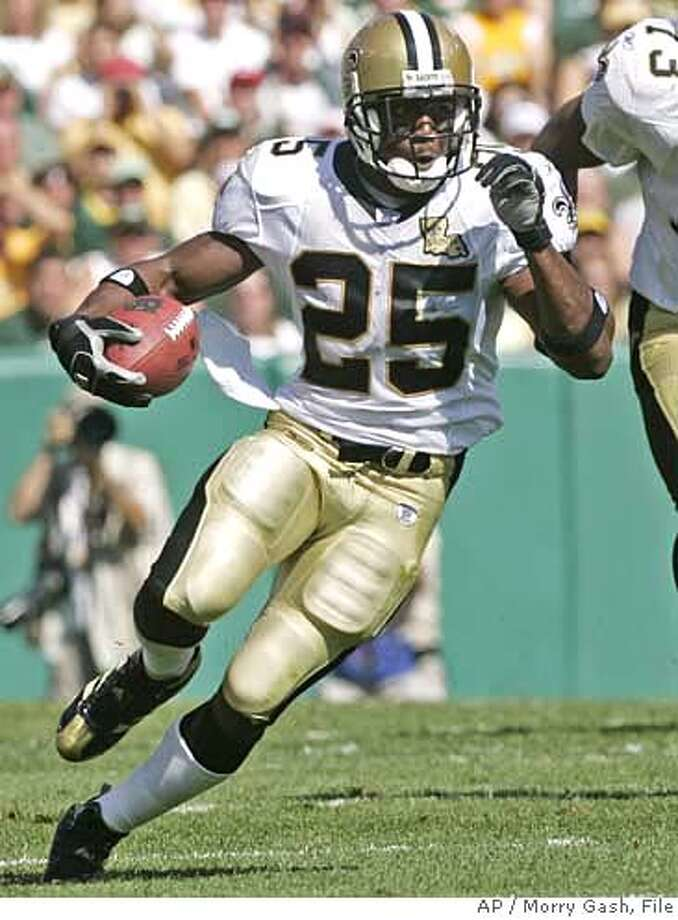** ADVANCE FOR WEEKEND EDITIONS, OCT. 7-8 -- FILE -- ** New Orleans Saints' Reggie Bush, (25) runs with the ball with Jahri Evans (73) blocking during the first quarter of an NFL football game against the Green Bay Packers Sunday, Sept. 17, 2006, in Green Bay, Wis. (AP Photo/Morry Gash) EFE OUT Photo: MORRY GASH