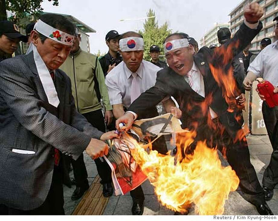 Protesters burn anti-North Korea banners at a rally denouncing North Korea's plan to test a nuclear bomb, in Seoul October 4, 2006. REUTERS/Kim Kyung-Hoon (SOUTH KOREA) 0 Photo: KIM KYUNG-HOON
