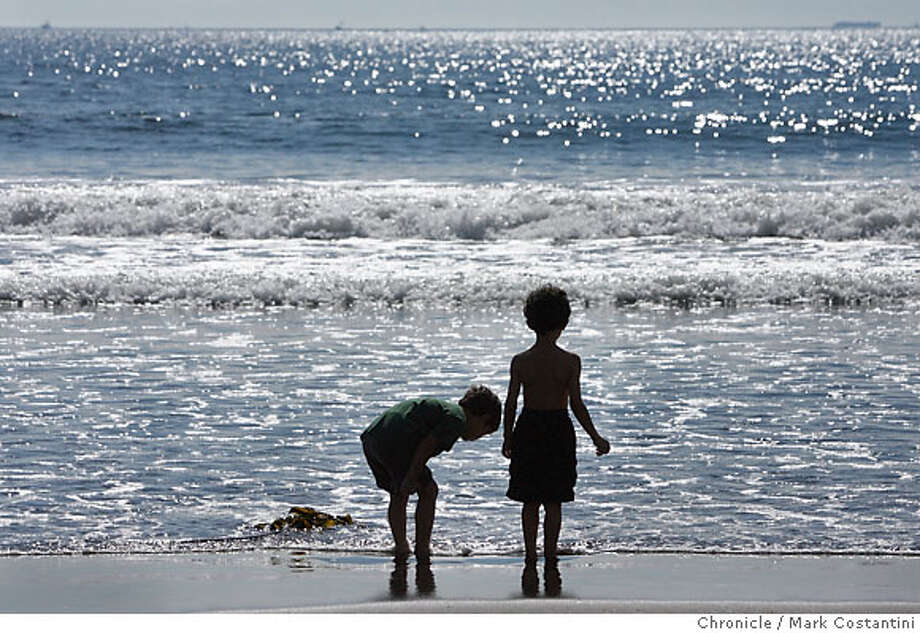 (L-R) CHARLIE AND ZEV(CQ) COOPER OF LAFAYETTE LOOK FOR THINGS IN THE SAND AT STINSON BEACH, A TOP BEACHCOMBING SPOT IN THE BAY AREA. FOR A TOM STEINSTRA/96HRS STORY ON THE TOP BEACHCOMBING SPOTS IN THE BAY AREA.  Event on 9/27/06 in STINSON BEACH, CA  Photo: Mark Costantini / San Francisco Chronicle. Photo: Mark Costantini / San Francisco