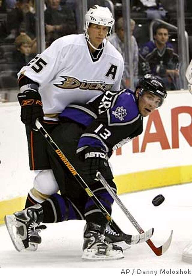 Los Angeles Kings center Michael Cammalleri, right, reaches for the puck in front of Anaheim Ducks defender Chris Pronger in the second period of a preseason hockey game Monday, Sept. 25, 2006, in Los Angeles. (AP Photo/Danny Moloshok) EFE OUT Photo: DANNY MOLOSHOK