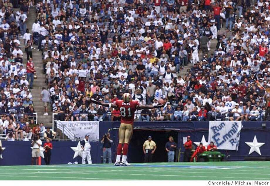 49ERSOWENS-C-24SEP-SP-MAC San Francisco Forty Niners v. Dallas Cowboys. 49ers 81- Terrell Owens stands at the center of Dallas Stadiun on the Cowboys Star and celebrates his first TD in the 2nd quarter. by Michael Macor/The Chronicle ALSO RAN 12/26/00 CAT Photo: MICHAEL MACOR