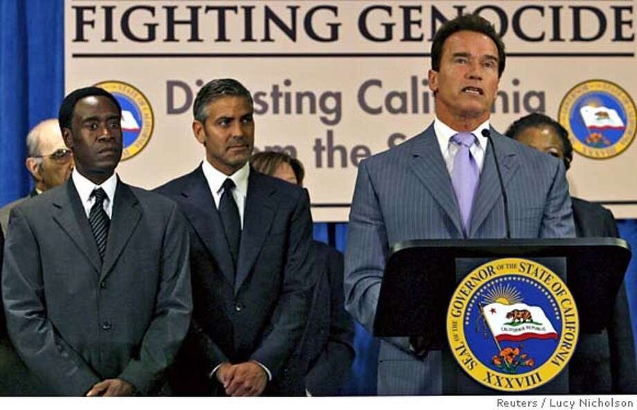 California Governor Arnold Schwarzenegger (R) speaks as U.S. actors George Clooney (C) and Don Cheadle (L) listen before signing legislation to divest state pension money from Sudan in Los Angeles, California September 25, 2006. REUTERS/Lucy Nicholson (UNITED STATES) 0 Photo: LUCY NICHOLSON