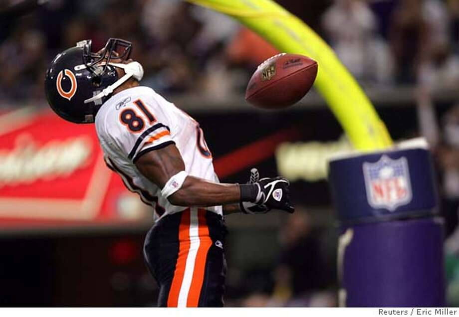 Chicago Bears receiver Rashied Davis (81) celebrates after catching the game-winning touchdown pass from quarterback Rex Grossman against the Minnesota Vikings during the fourth quarter of their National Football League game at the Metrodome in Minneapolis, September 24, 2006. REUTERS/Eric Miller (UNITED STATES) Photo: ERIC MILLER