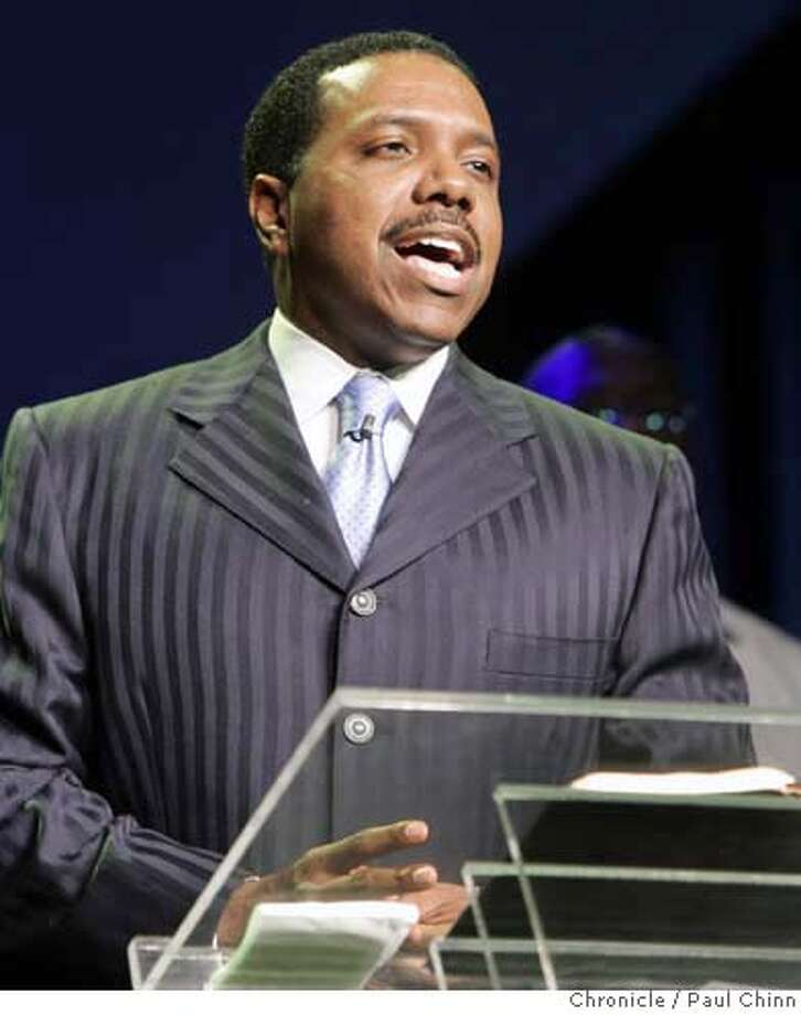 Dr. Creflo Dollar leads his congregation in a prayer during his ministry's all-day sermon and workshop for worshippers in Oakland, Calif. on Friday, September 22, 2006. PAUL CHINN/The Chronicle  **Creflo Dollar MANDATORY CREDIT FOR PHOTOGRAPHER AND S.F. CHRONICLE/ - MAGS OUT Photo: PAUL CHINN