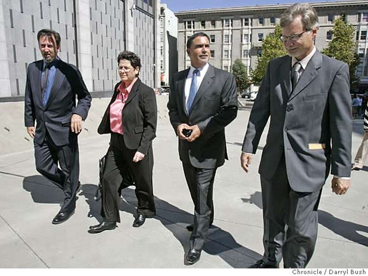 Chronicle writer, Mark Fainaru-Wada, unidentified woman, Chronicle executive vice president and editor Phil Bronstein, and Chronicle writer, Lance Williams, right, walk towards the entrance of the Federal Courthouse as Fainaru-Wada and Williams arrive to face a judge that will decide their fate in the BALCO case in San Francisco, CA on Thursday, September 21, 2006. 9/21/06 Darryl Bush / The Chronicle ** no id on woman probably known attorney (cq)