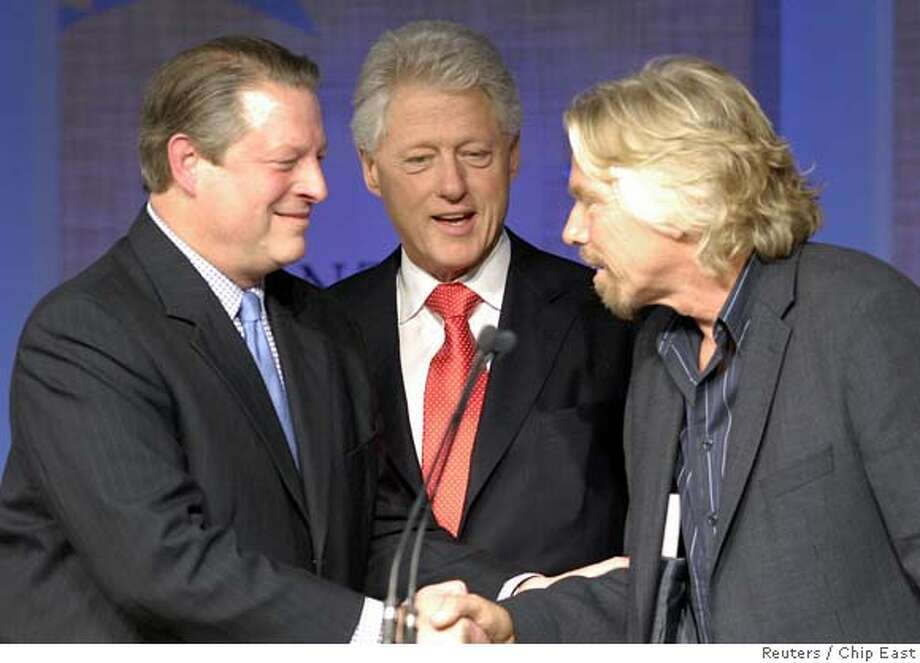 Former U.S. President Bill Clinton (C) speaks with former U.S. Vice President Al Gore (L) and Richard Branson, who pledged of all profits from Virgin's Group's airline and rail businesses, an estimated $3 billion over the next 10 years, on combating global warming, during a news conference at the Clinton Global Initiative in New York September 21, 2006. Clinton's annual event brings together world leaders from business, government and philanthropy to try to solve world issues. REUTERS/Chip East (UNITED STATES) 0 Photo: CHIP EAST