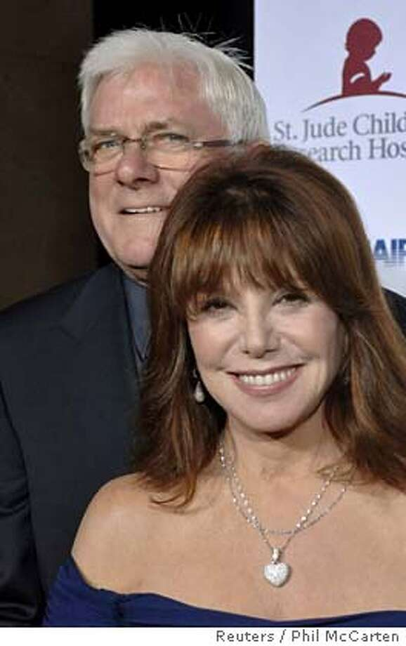 Actor Phil Donahue and actress Marlo Thomas (front) arrive for the 'Runway for Life' fashion show benefitting St. Jude Children's Hospital and held in Beverly Hills, California September 15, 2006. REUTERS/Phil McCarten (UNITED STATES) 0 Photo: PHIL McCARTEN