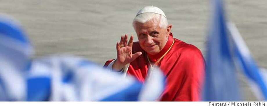 Pope Benedict XVI waves as he arrives at the Munich international airport September 14, 2006, following his nostalgic six-day apostolic journey to his homeland Bavaria and some of its most traditional catholic places. REUTERS/Michaela Rehle (GERMANY) 0 Photo: MICHAELA REHLE