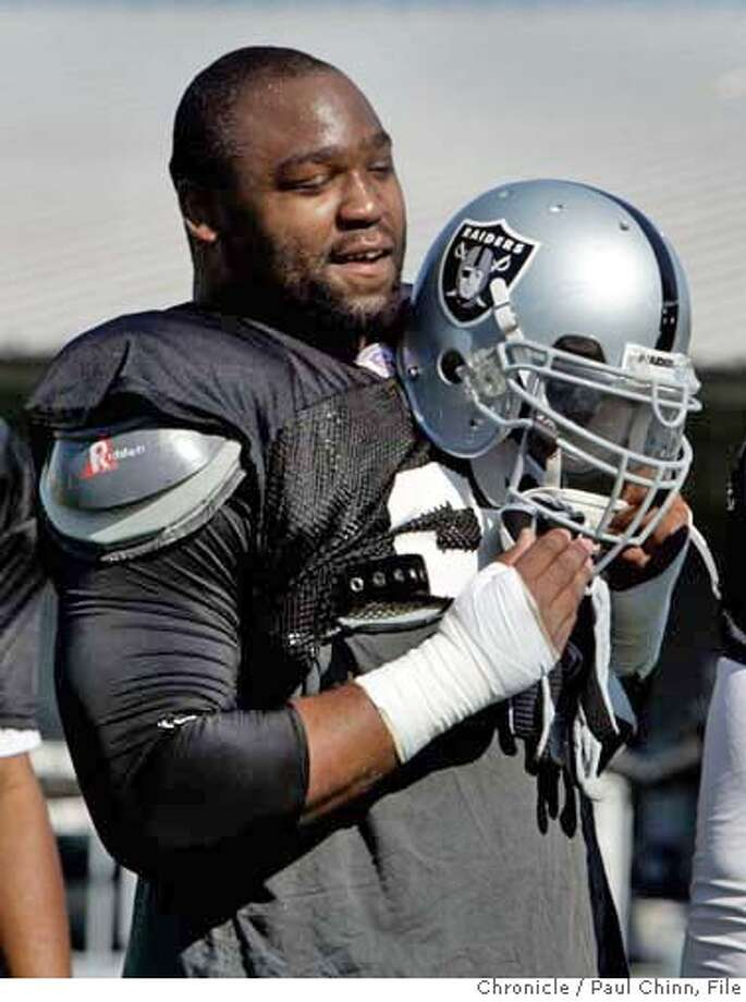 raiders_051_pc.jpg  Defensive end Tommy Kelly takes a break during the morning practice at Oakland Raiders training camp on 7/30/05 in Napa, Calif.  PAUL CHINN/The Chronicle MANDATORY CREDIT FOR PHOTOG AND S.F. CHRONICLE/ - MAGS OUT Photo: PAUL CHINN